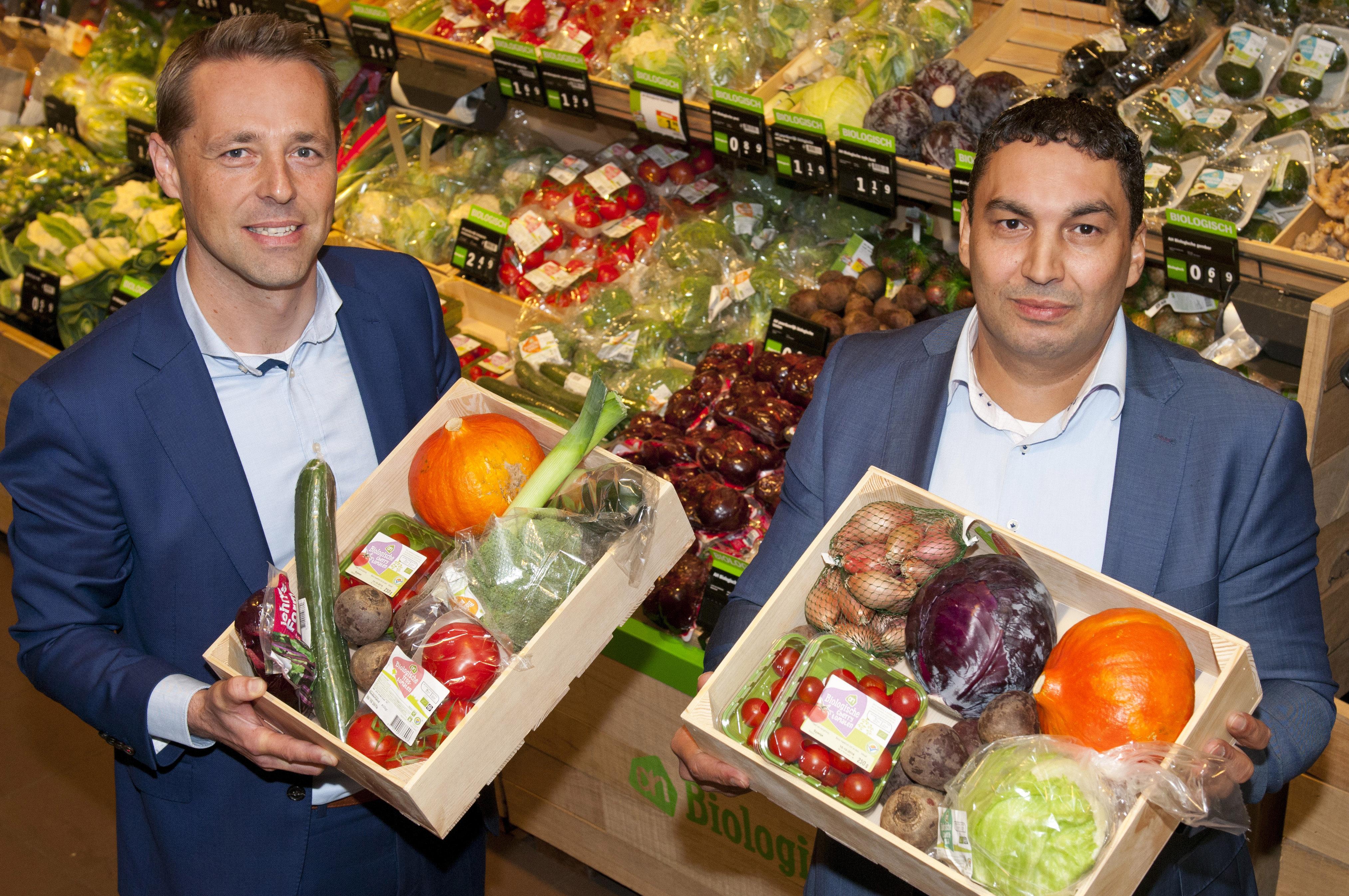 Frank Loos en Said Belhassan tonen het uitgebreidere aanbod aan maaltijdpakketten. Foto: Wick Natzijl