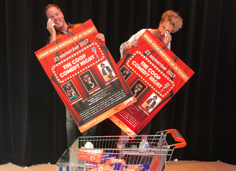 CoopCompact-ondernemer Bert-Jan Oldengarm en schouwburgdirecteur Saskia Kluwen hebben voorpret. Foto: Coop Oldengarm