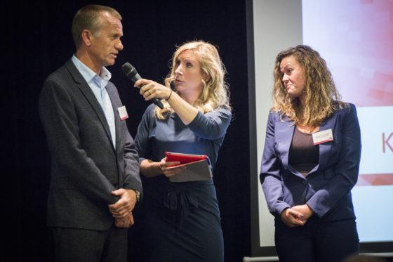 Namens de regerende kampioen waren Arjan Hooijmeijer en Brenda Loggen aanwezig om de wisselbeker terug te geven. Foto: Koos Groenewold
