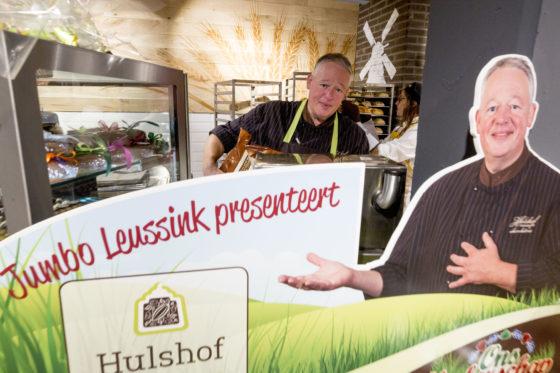 De van de televisie bekende chocolatier Hans Hulshof verkoopt bij Jumbo Haaksbergen zijn bonbons.  Bij de opening was hij zelf ook even in de winkel. Foto: Koos Groenewold.