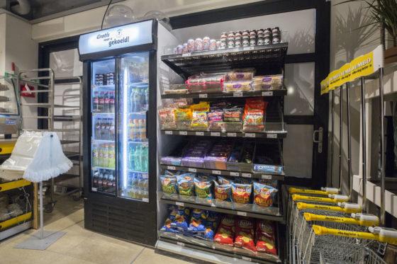 Het aanbod voor scholieren bij de ingang, zodat ze nu niet meer de hele supermarkt door hoeven voor hun broodje, reep of blikje. Foto: Koos Groenewold