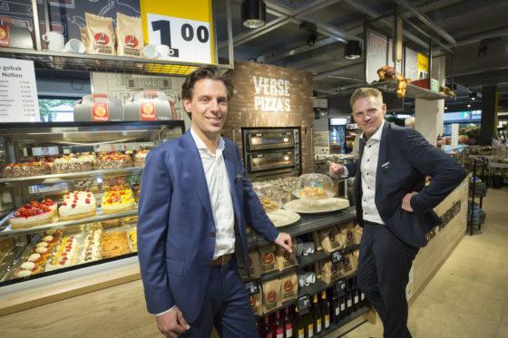 Niek en Tijn Leussink, de trotse ondernemers van de winkel en lid van een familie die al 130 jaar actief is in de verkoop van levensmiddelen. Ze hebben in totaal vier Jumbo-supermarkten, waaronder deze hier in Haaksbergen. Foto: Koos Groenewold.