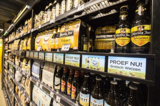 Het bierschap is verder voorzien van kleurcodes met ledverlichting en kleine beeldschermpjes voor extra marketing. Foto: Koos Groenewold