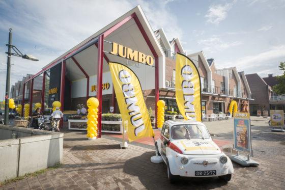 De volledig vernieuwde Jumbo van Niek en Tijn Leussink in Haaksbergen opende vorige week met veel fanfare. 'Het plafond, de vloer en alles daartussenin' is vernieuwd. Foto: Koos Groenewold
