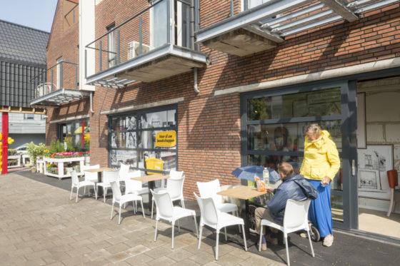 Ook buiten is er ruimte voor bezoeker om te zitten als het weer goed is. Foto: Koos Groenewold