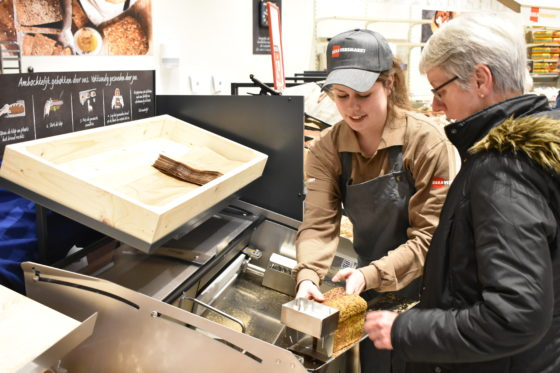 Klanten kunnen zelf hun brood snijden in de winkel
