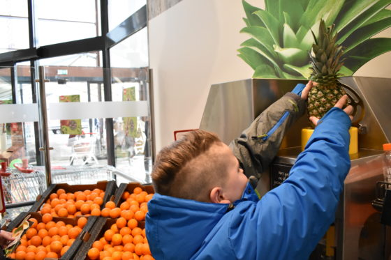 In de winkel ook een sinaasappelpers en een snijmachine voor de ananas