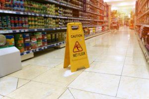 Klant glijdt uit op groenteafdeling; supermarkt aansprakelijk